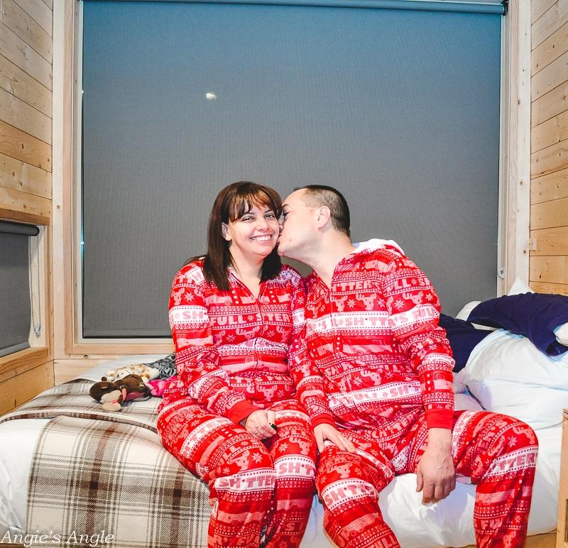 Mt Adams Getaway House - Christmas Jammie Photo Shoot - Kiss